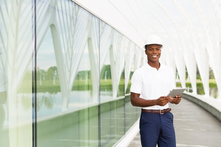 ingeniero: Negro, arquitecto ingeniero afroamericano con el ordenador tableta digital Foto de archivo