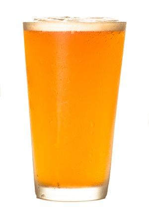 Pale ale ambachtelijke bier op wit wordt geïsoleerd Stockfoto