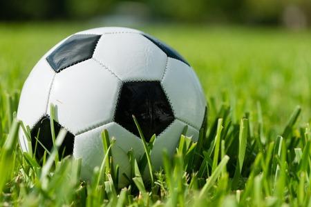 In bianco e nero tradizionale futbol calcio pallone da calcio in erba Archivio Fotografico - 44167293