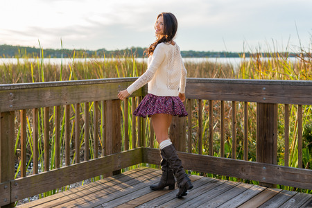 falda: Sonreír, bastante morena en la naturaleza otoño caminar con hierba alta y el lago