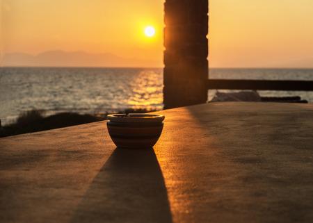 vague: vase en c�ramique de couleur au coucher du soleil mer �t�
