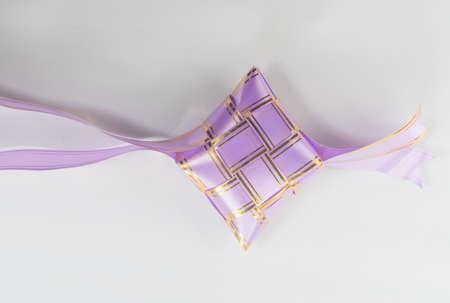 ketupat raya的美丽紫色颜色丝带