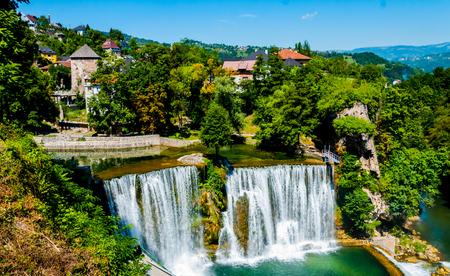 Schöner Wasserfall in der Stadt von Jajce in Bosnien und Herzegowina