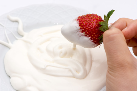 The white cream and strawberry mixing in the bowl Banque d'images