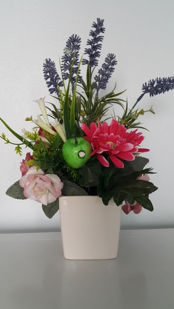 Flowers and fruit in vase. Banque d'images