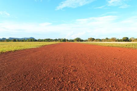 earth road: Via terra rossa del mattino.