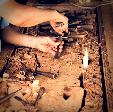 engraver: incisore di legno al lavoro per incisione su legno