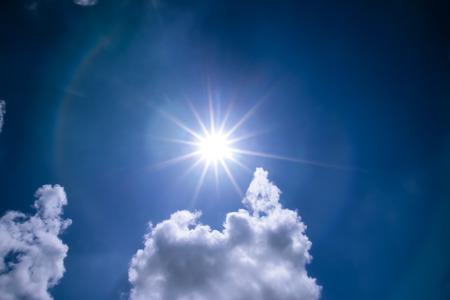 adn: sol adn nubes en el cielo azul. Fondo del cielo