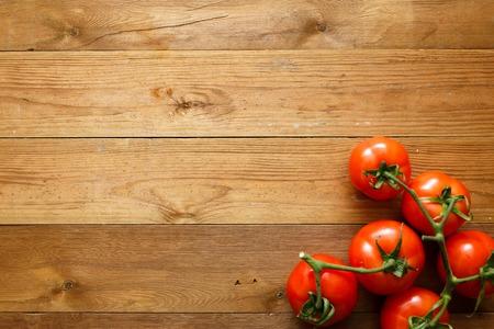 tomaten op houten tafel Stockfoto