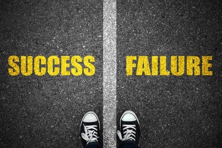 Succes en falen weg lijn op asfalt.
