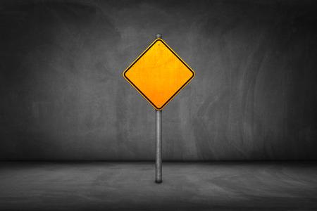 Teken van de Straat: lege gele verkeersbord met een straat muur. Stockfoto