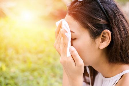 de vrouwen reinigen het zweet op haar gezicht voor een schoon huidgezicht.