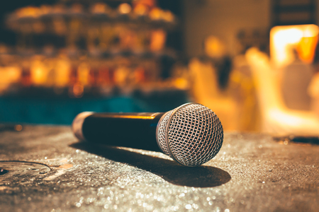 Microphone on the ground and blurred photo of conference hall or seminar room or wedding room background. Banque d'images - 116421396