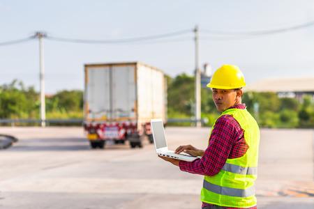 Vorarbeiter verwenden Computer zum Testen und Überprüfen des Fahrzeugs in der Industrie Arbeitskonzept.