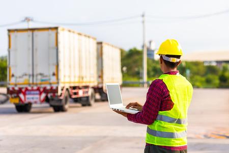 Il caposquadra usa il computer per testare e controllare il veicolo nell'industria. Concetto di lavoro.