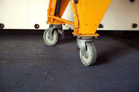 Ruedas giratorias de tractor eléctrico, carretilla elevadora en la industria. Concepto de vehículo.