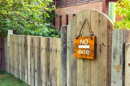 Kein Eintragsschild auf Holzwandbeschaffenheitshintergrund. Label Kein Eintritt in den Park. Standard-Bild