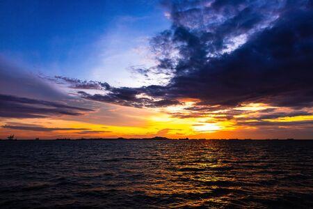Mer et coucher de soleil avec de beaux nuages au crépuscule.