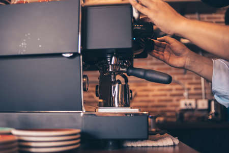 Barista cafe making coffee with coffee machine. Coffee preparation service concept. Banque d'images