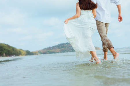 Love young couple running on the beach. Holiday and vocation concept. Banque d'images