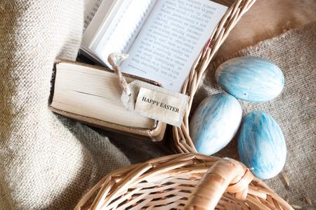 holiday prayer book: huevos y tarjeta de Pascua Foto de archivo