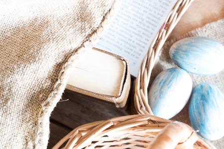 holiday prayer book: Fondo de Pascua: el libro, la cesta y los huevos.