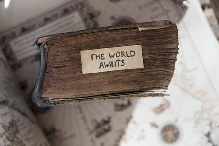 voyage: idée des voyageurs. Le texte monde attend, vieux livre et vieille carte géographique