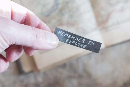 remember: Recuerde Explora texto. Mano que sostiene la etiqueta.