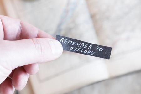recordar: Recuerde Explora texto. Mano que sostiene la etiqueta.