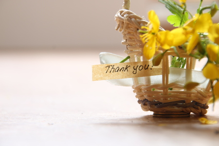 thankfulness: thank you letter tag or label a basket of flowers Stock Photo