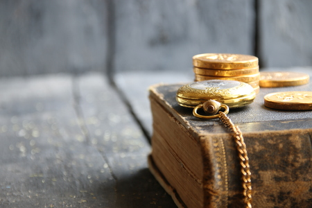 cronografo: bolsillo de oro viejo fondo de la vendimia del negocio del reloj retro del libro Foto de archivo