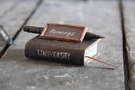 大学ランキングの概念。碑文とビンテージ スタイルの本。