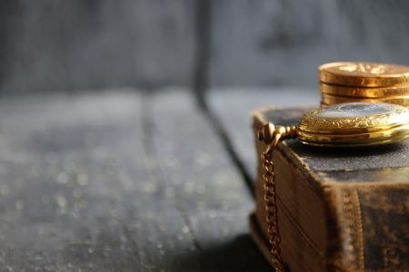 cronógrafo: business vintage background old gold pocket watch retro book