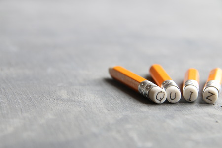 Quiz concept, inscriptie op een geel potlood