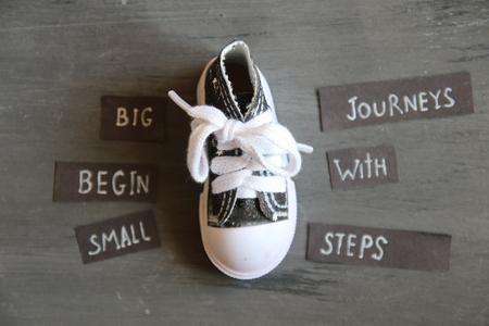 Grote reizen beginnen met kleine stappen, retro stijl Stockfoto