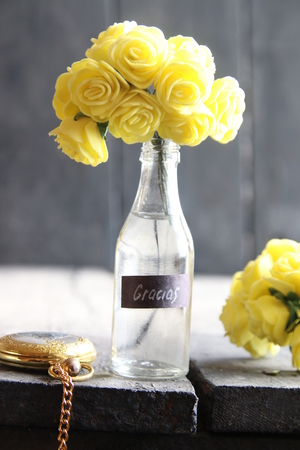 agradecimiento: Gracias retro concept - label and Flowers in a glass bottle.