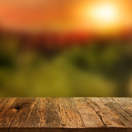 美しい秋の背景に木製デッキ テーブル