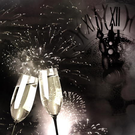 glanz: Champagne glasses with fireworks and New Year clock