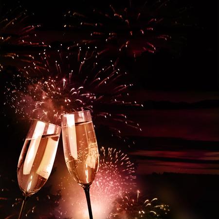 brindisi spumante: Bicchieri di champagne con fuochi d'artificio viola Archivio Fotografico