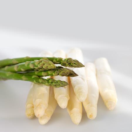 nahaufnahme: Fresh white and green asparagus Stock Photo