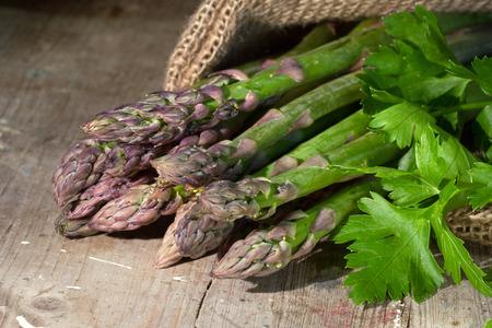 nahaufnahme: Asparagus on rustic wooden background