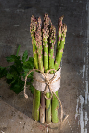 holz: Asparagus on rustic wooden background