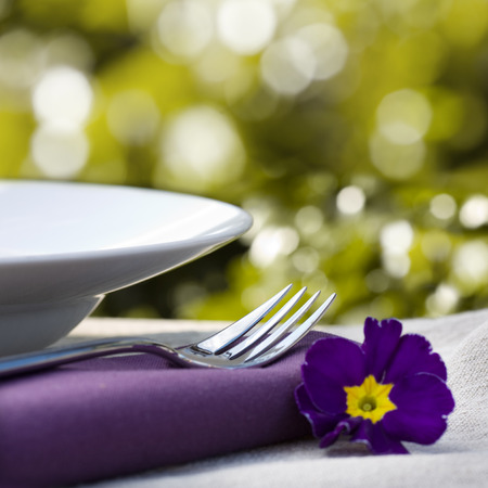 nahaufnahme: Place setting and purple flower close-up Stock Photo