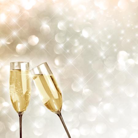 brindisi spumante: Brindando con champagne sfondo bicchieri molto festosa