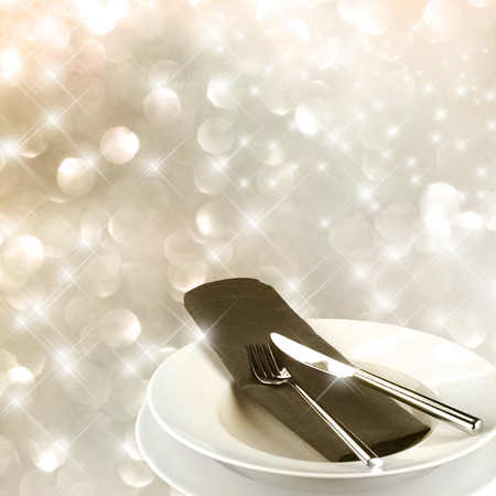 luxus: Very elegant table setting in front of a festive background