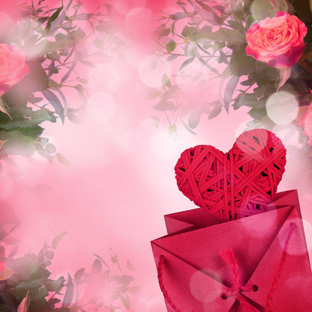 pflanze: Bouquet of roses and gift box on romantic background Stock Photo