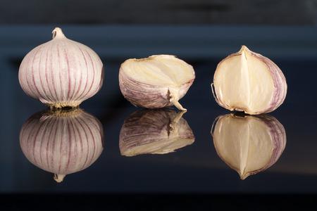 spiegelung: Garlic before glossy dark blue background