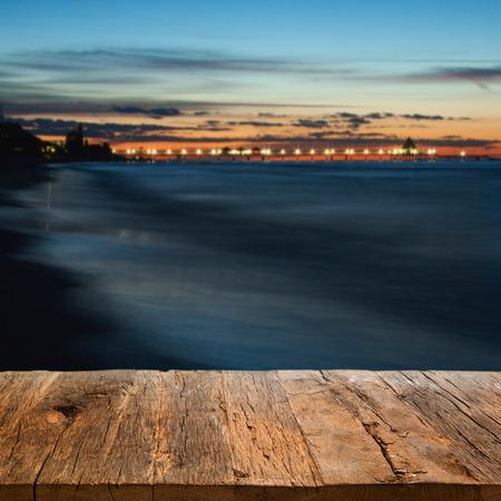 夜、seebrücke を見下ろす、フォア グラウンドで木製の桟橋 写真素材