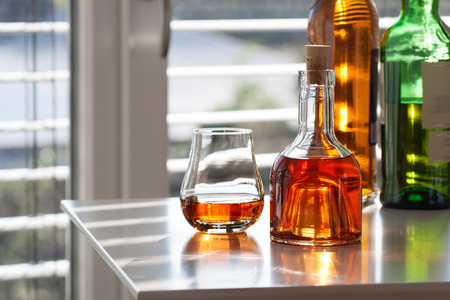 farbe: Brandy in three glass front of modern background Stock Photo