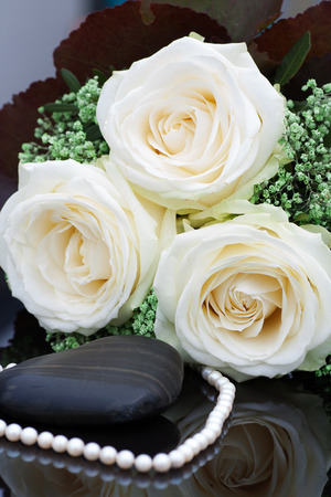 perle: Wedding pearls with white roses